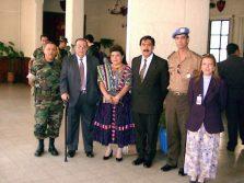 Após reunião com lideranças indígenas e os militares para mediação de conflitos - Guatemala - 2000